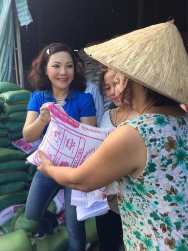 NSƯT Cẩm Tiên tặng quà cho bà con nghèo Tiền Giang